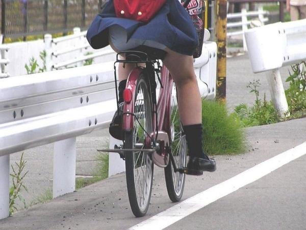 自転車パンチラの画像-11