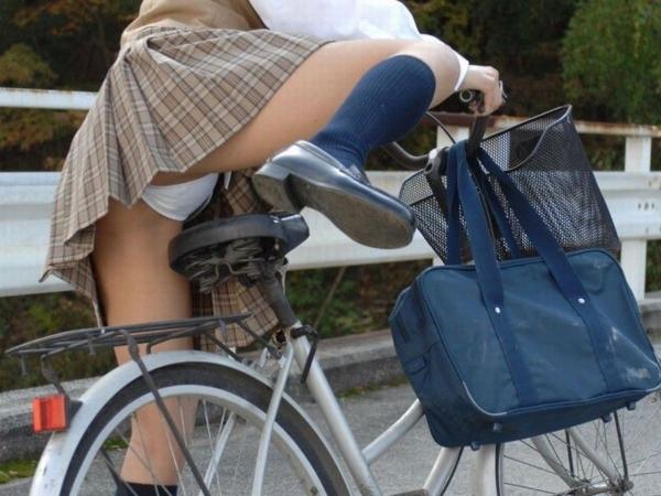 自転車パンチラの画像-12