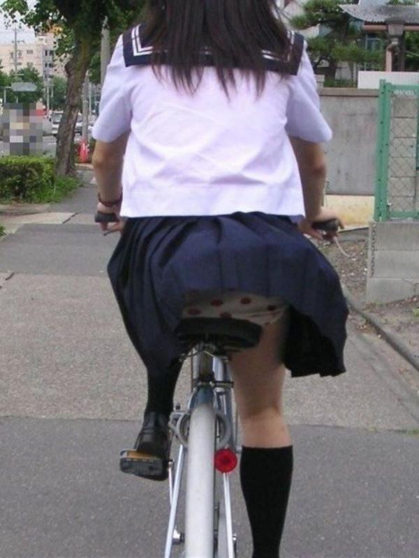 自転車パンチラの画像-13