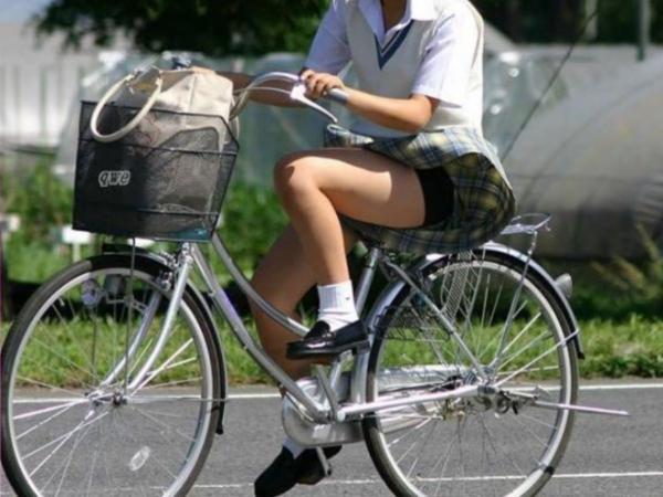 自転車パンチラの画像-21