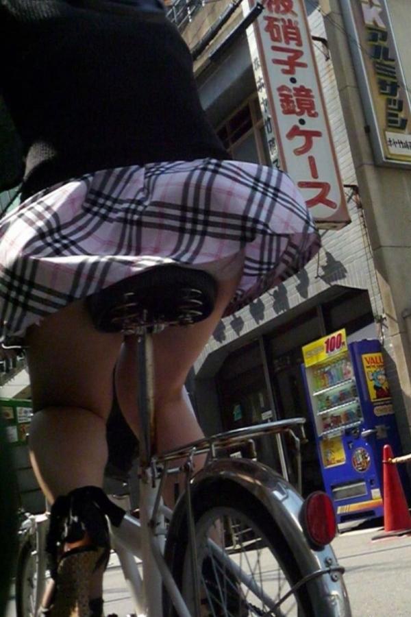 自転車パンチラの画像-23