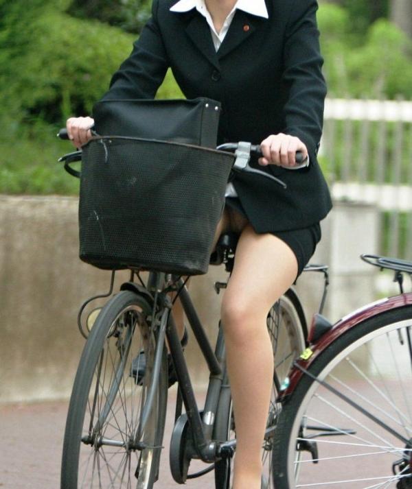 自転車パンチラの画像-25