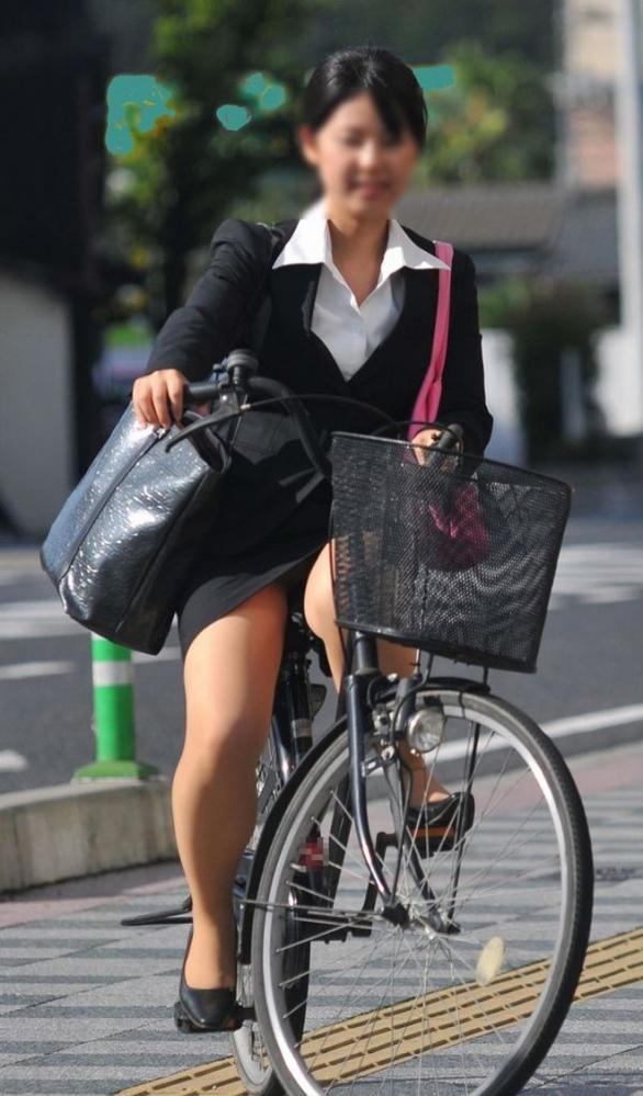 自転車パンチラの画像-26