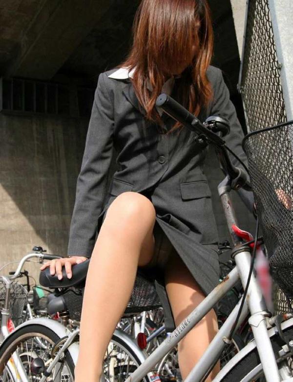 自転車パンチラの画像-31