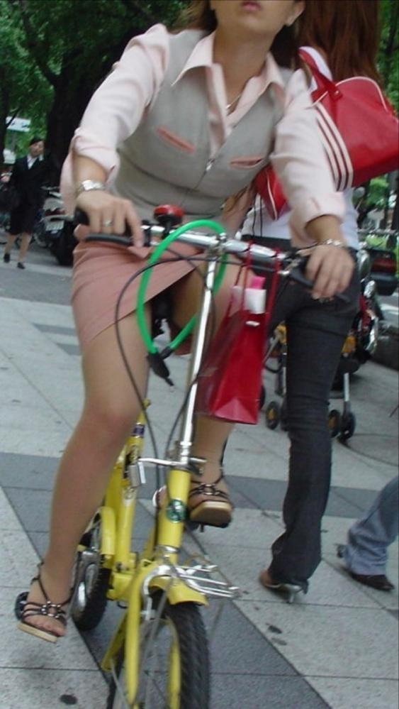 自転車パンチラの画像-33