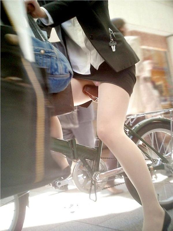 自転車パンチラの画像-48