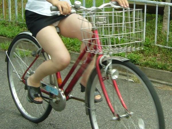 自転車パンチラの画像-51