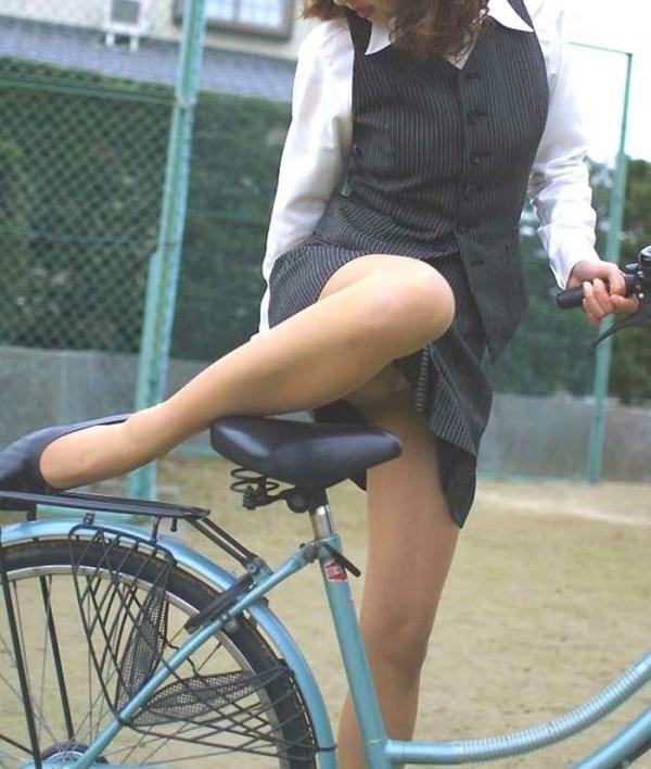 自転車パンチラの画像-55