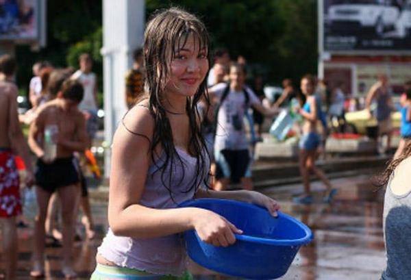 水かけ祭りエロ画像-15