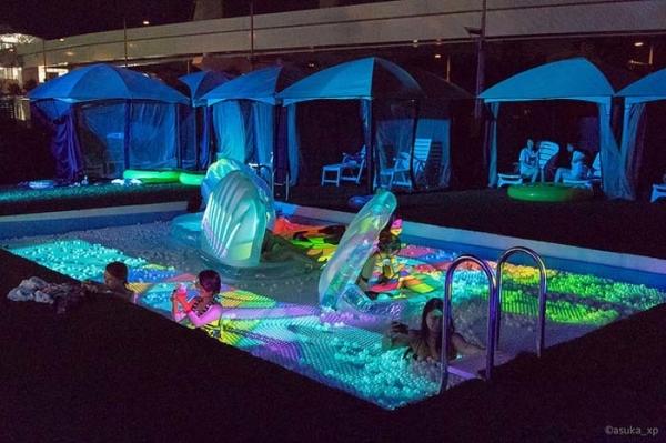 ナイトプールの水着ギャル画像-9