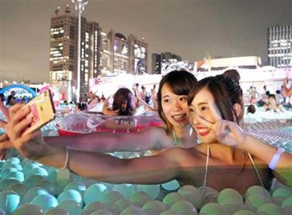 ナイトプールの水着ギャル画像-25