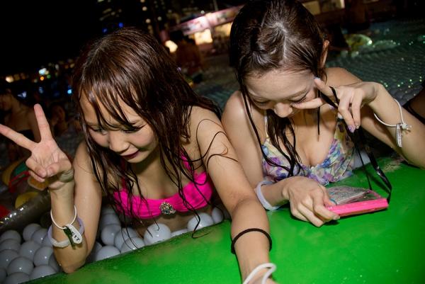 ナイトプールの水着ギャル画像-46