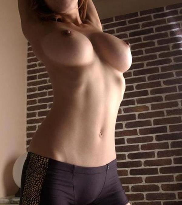 人妻乳首ビンビン画像-61