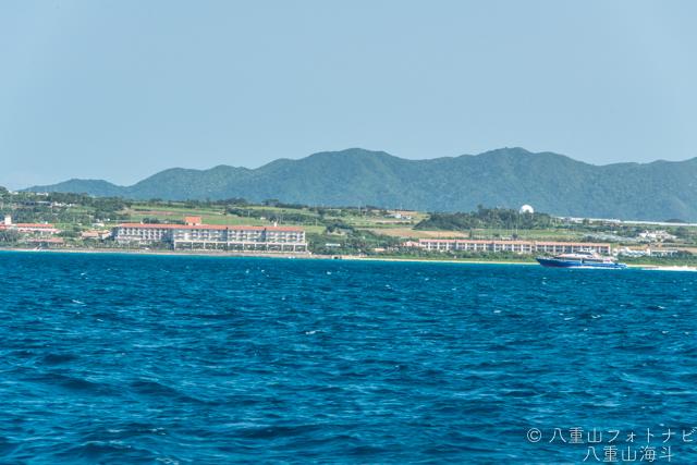 フサキ手前、新川船蔵付近のリゾートホテルと於茂登山