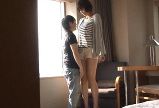 180cmを超えるスタイル抜群の女の子が小さな男に突かれる身長差SEXが妙にエロイ!