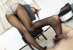 ツインテール黒ストJKが美脚をからめ乳首責めしながら足コキ抜き!2