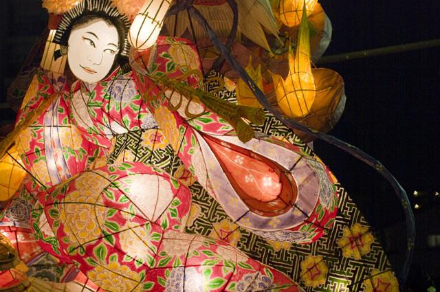 天下の奇祭愛知県刈谷市の万燈祭の着物姿の女
