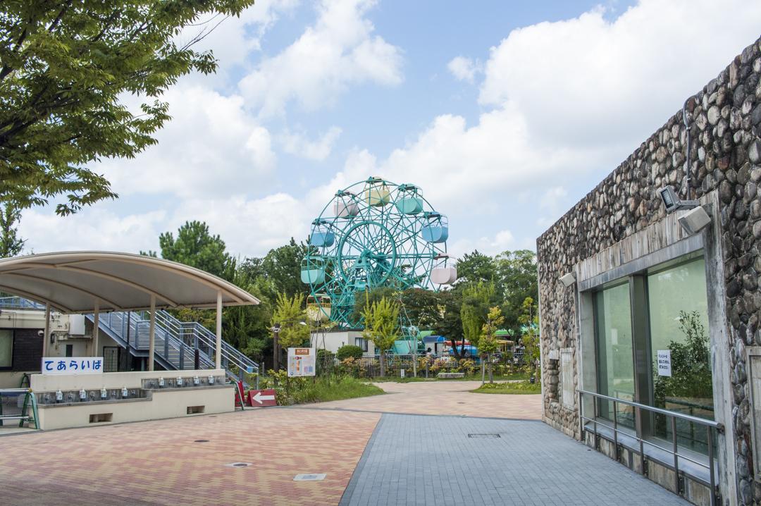 京都市動物園内の遊園地の観覧車