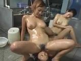 大浴場でレズビアンお姉さん2人にレズられちゃった女の子