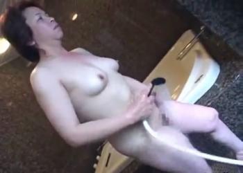 シルバー熟女ののおめこに電動こけしバイブが挿入される