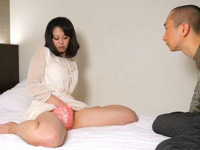 【素人ナンパ】男にガン見されながらする自慰行為で絶頂に達する変態お姉さん。興奮は冷めず男のチンコにも手が伸び…