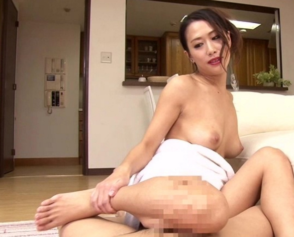 熟女のスケベ過ぎる淫語と生足コキで止まらない射精の脚フェチDVD画像3