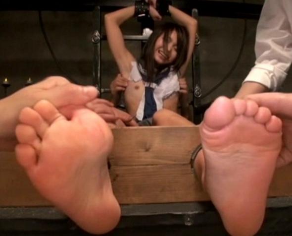 可愛い女子校生の足裏をくすぐり笑いイキさせる足フェチ動画の脚フェチDVD画像4