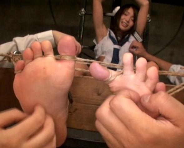 可愛い女子校生の足裏をくすぐり笑いイキさせる足フェチ動画の脚フェチDVD画像2