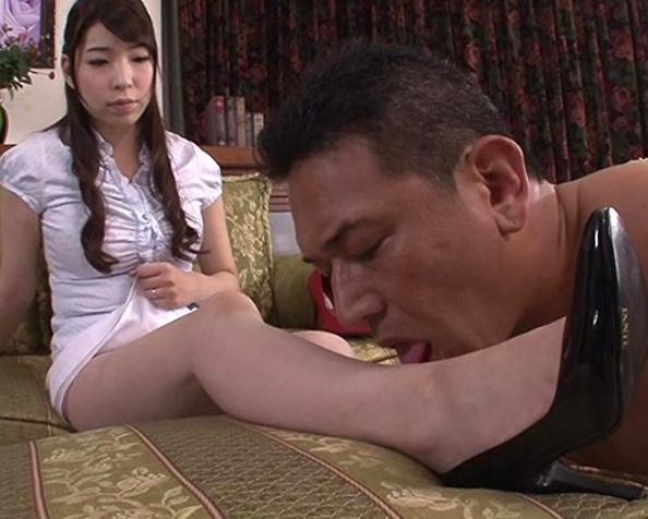 足臭とハイヒールが大好きな足フェチ男を人妻が靴コキ責めの脚フェチDVD画像1