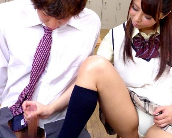 ドスケベ女子校生がパンチラで誘惑しハイソックス足コキ責めの脚フェチDVD画像4