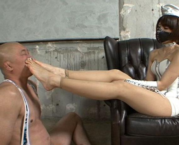 足コキ界の女王スージーQが綺麗な素足で足コキ抜きの脚フェチDVD画像1