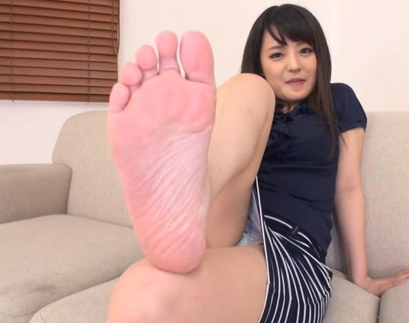 お姉さんの臭い足裏や足指を堪能する足フェチ動画の脚フェチDVD画像4