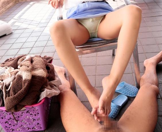 可愛い家政婦に素足コキで性処理までしてもらう夢のプレイの脚フェチDVD画像1