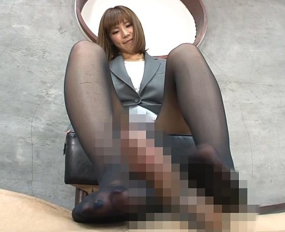 Gカップ巨乳のパンスト秘書に足コキされ足裏に大量射精の脚フェチDVD画像3