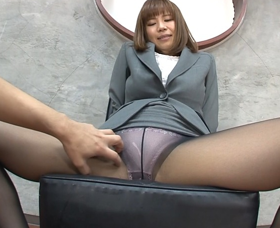 Gカップ巨乳のパンスト秘書に足コキされ足裏に大量射精の脚フェチDVD画像1