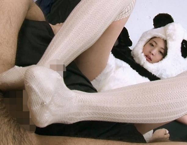 コスプレ娘のニーハイソックス足コキや白目絶頂SEXでイクの脚フェチDVD画像4