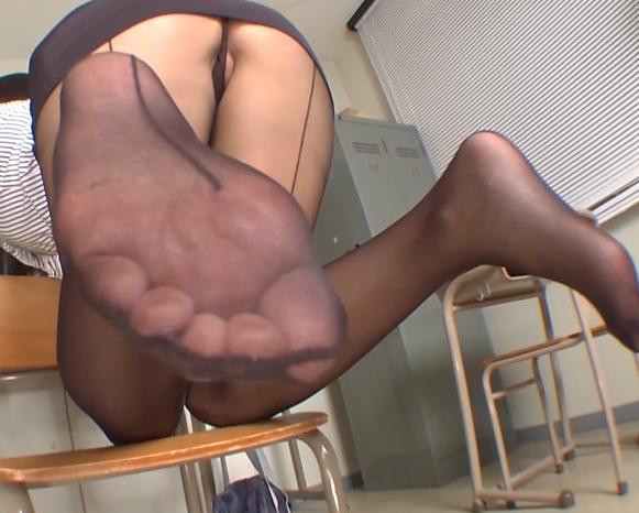 蒸れたパンストの股間や足裏で男を誘い足コキや着衣SEXの脚フェチDVD画像3