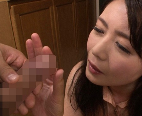義母の熟女美脚で寸止め生足コキをされてカウパーが溢れるの脚フェチDVD画像1