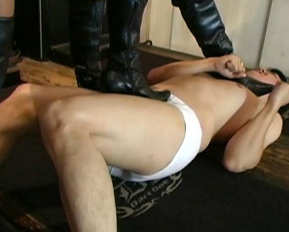 ドエスギャルがロングブーツの靴底でM男を靴底責めの脚フェチDVD画像5