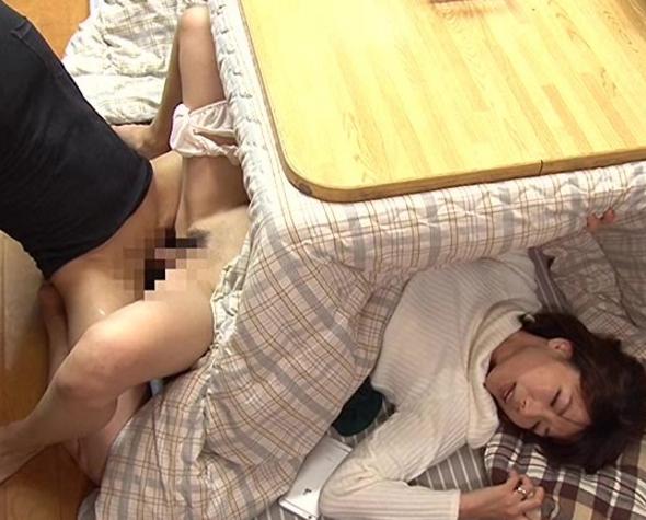 コタツの中で母親が息子に素足の足裏で卑猥な足コキ責めの脚フェチDVD画像4