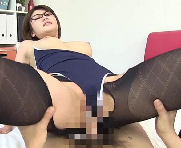 眼鏡がエッチな巨乳水着娘がムッチムチのパンスト美脚で足コキの脚フェチDVD画像5