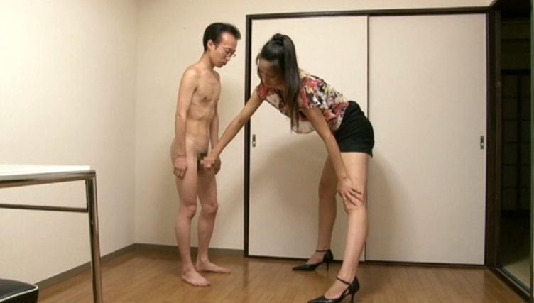短小チ●ポの低身長男をバカにする182cmの長身女優 内田真由の脚フェチDVD画像1