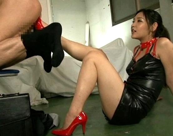 ペニバン女王様がM男のアナルを犯しロングブーツコキで責めるの脚フェチDVD画像2