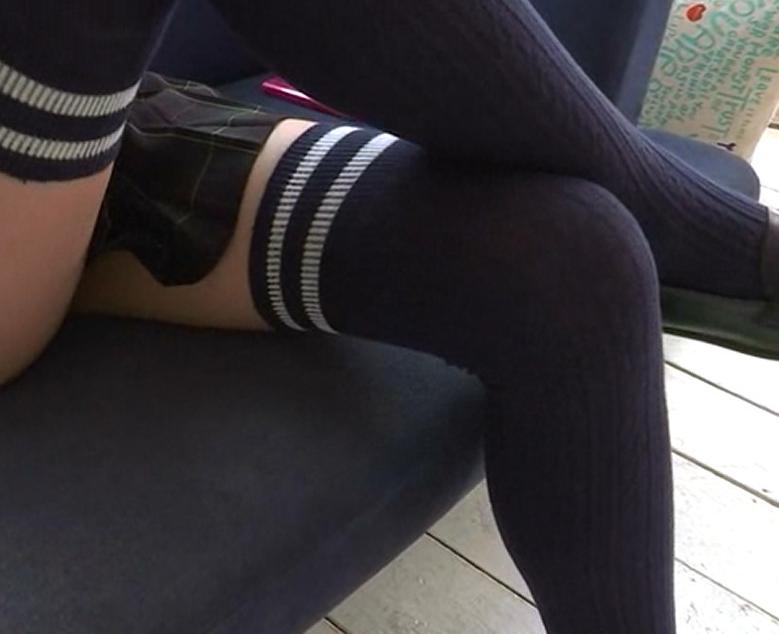 幼い美少女のニーハイ美脚を堪能する脚フェチ動画の脚フェチDVD画像1