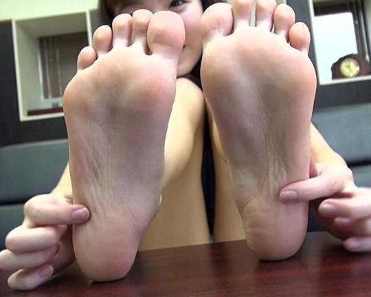 ギャルの生足裏を自撮りさせて堪能する足フェチ動画の脚フェチDVD画像3