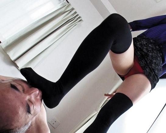 闇金女社長が取り立てに来て返済出来ない男を足コキ責めの脚フェチDVD画像3