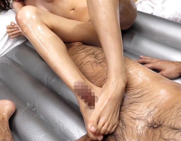 デリバリー嬢にローション素足で足コキ責めされるマットプレイの脚フェチDVD画像4