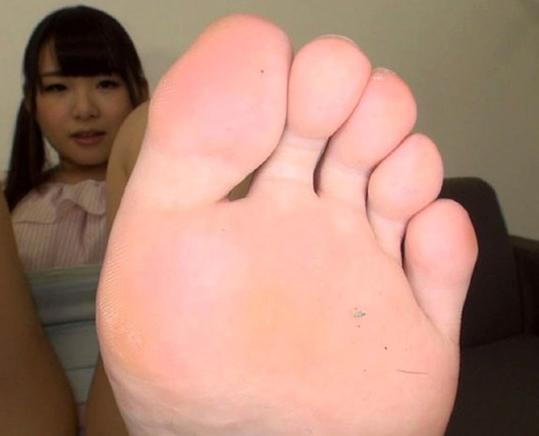 S級美少女の蒸れた素足の足裏や足指を舐めまくる足フェチ動画の脚フェチDVD画像3