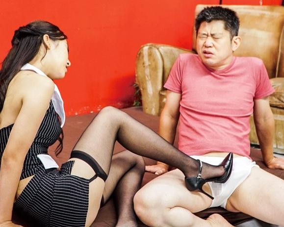 スレンダー美女がM男の股間をハイヒールで靴コキ責めの脚フェチDVD画像5