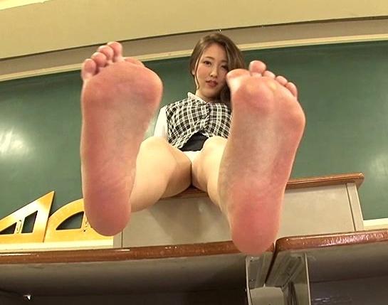 OLや女子校生たちの蒸れて臭い足裏を嗅ぎ続ける足フェチ動画の脚フェチDVD画像4